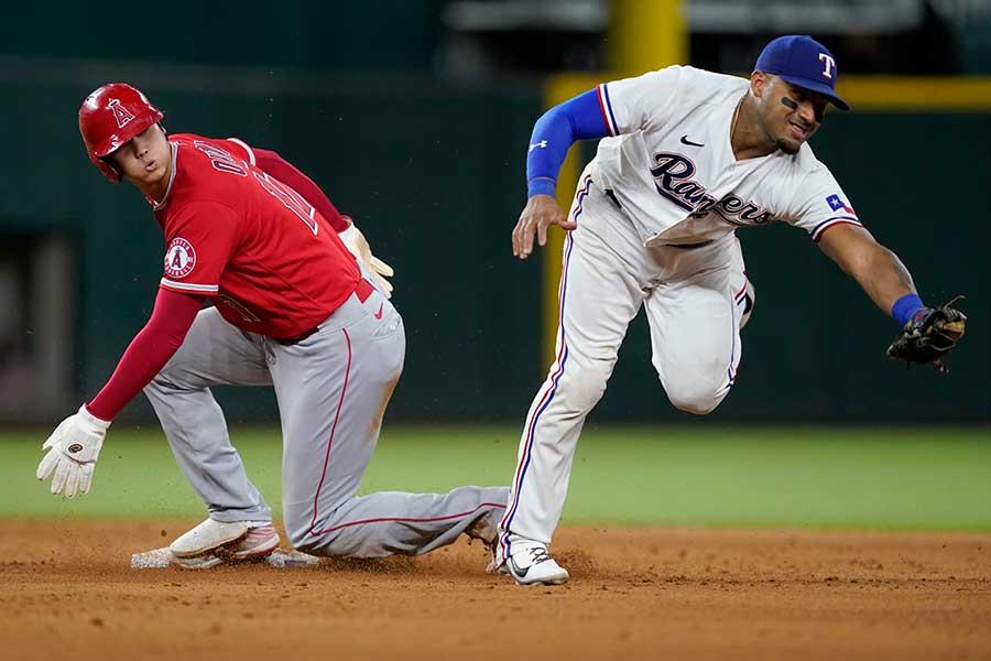 6回、盗塁を決めたエンゼルスの大谷翔平(左)とレンジャーズの二塁手アンディ・イバニェス【写真:AP】