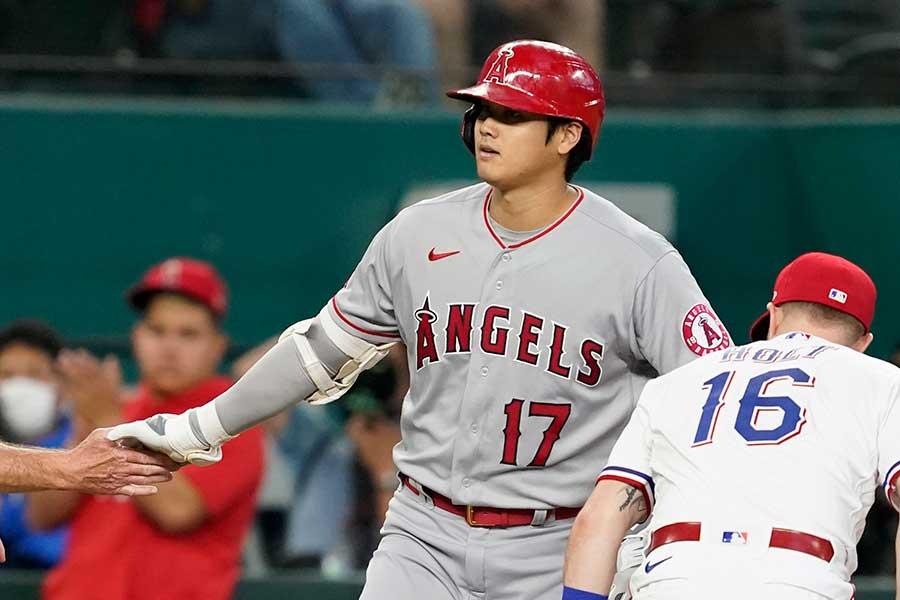 初回の第1打席で右翼線に強烈な適時三塁打を放ったエンゼルスの大谷翔平【写真:AP】