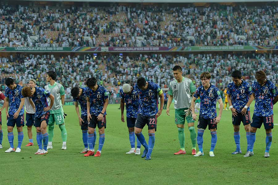 サウジアラビアに敗れ、試合後ファンに頭を下げるサッカー日本代表【写真:Getty Images】