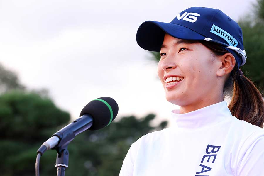 笑顔で優勝インタビューを受ける渋野日向子【写真:Getty Images】