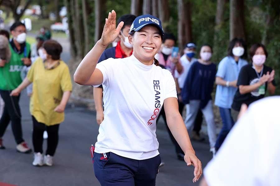 1年11か月ぶりの復活優勝を遂げ、笑顔を浮かべる渋野日向子【写真:Getty Images】