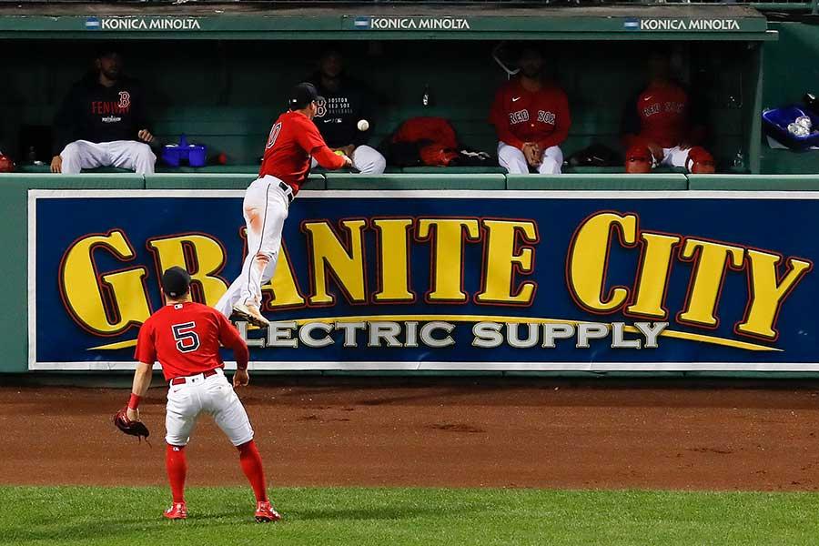 レイズ・キーアマイヤーの打球がフェンスに直撃し、跳ね返りが外野手に当たり、そのままグラウンド外へ。エンタイトルツーベースと判定され注目を浴びている【写真:AP】