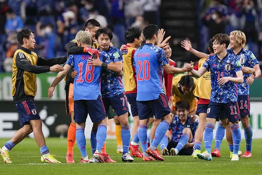 サッカーW杯アジア最終予選でオーストラリアに勝利し喜ぶ日本代表【写真:AP】