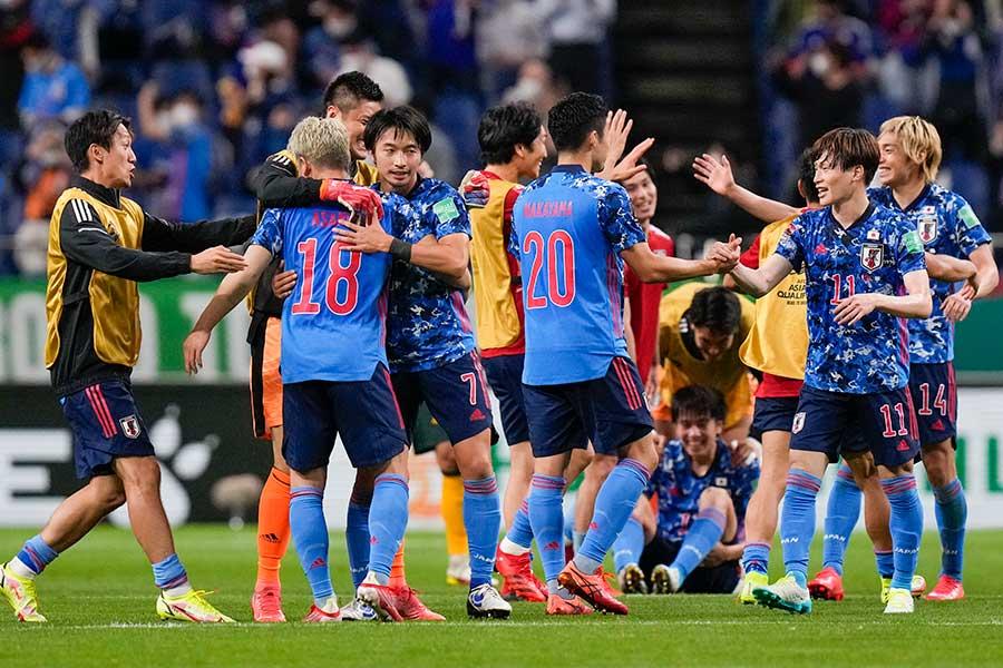 ワールドカップ・アジア最終予選でオーストラリア代表に勝利し、喜びを分かち合う日本代表【写真:AP】